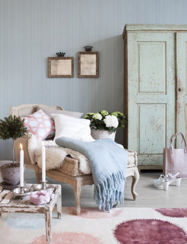 Decoration maison shabby chic salon couleurs pastel tapis fauteuil blanc armoire effect use